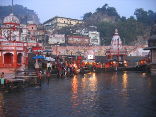 ganga rever Hindus have always believed that the water of the ganges river has purifying  powers although millions of people bathe in the river regularly, it does not  usually.